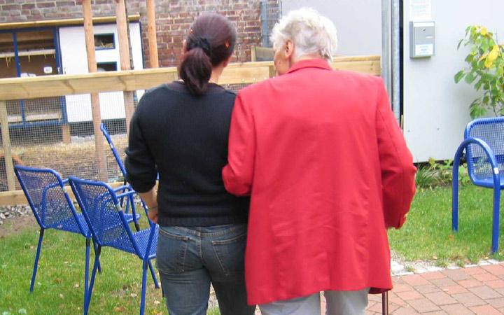 La comunicación con personas de la tercera edad, servicios de atención domiciliaria y centros de mayores